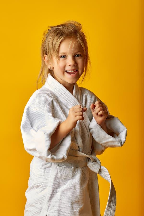 Menina adorável no quimono no fundo amarelo imagem de stock