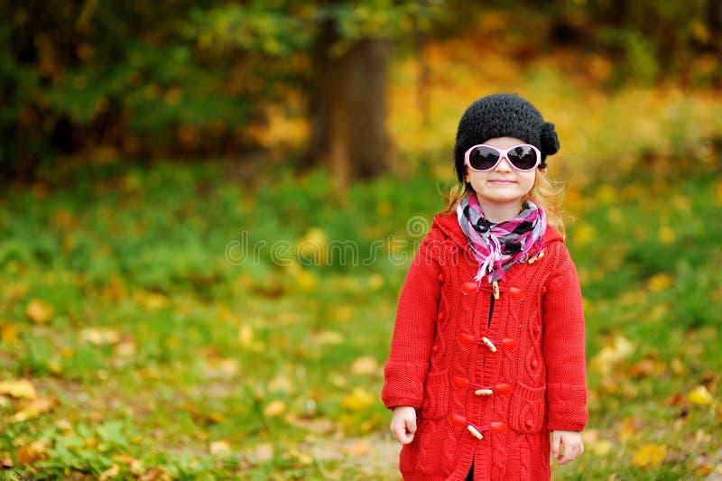 Menina adorável nos óculos de sol no dia do outono imagens de stock