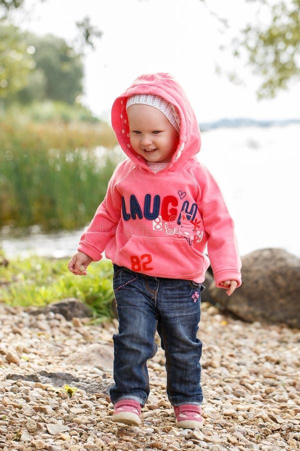 Menina adorável pelo rio fotos de stock