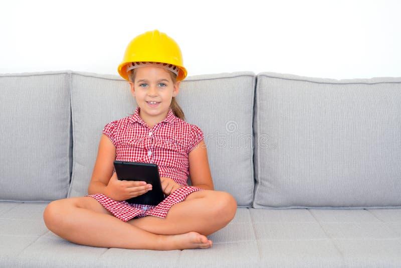 Menina adorável que aprende com seu dispositivo da tabuleta imagem de stock