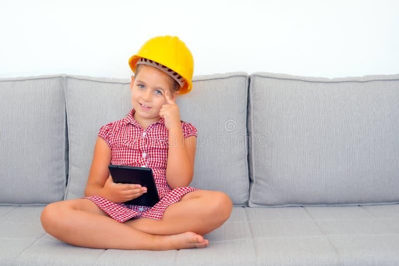 Menina adorável que aprende com seu dispositivo da tabuleta fotografia de stock