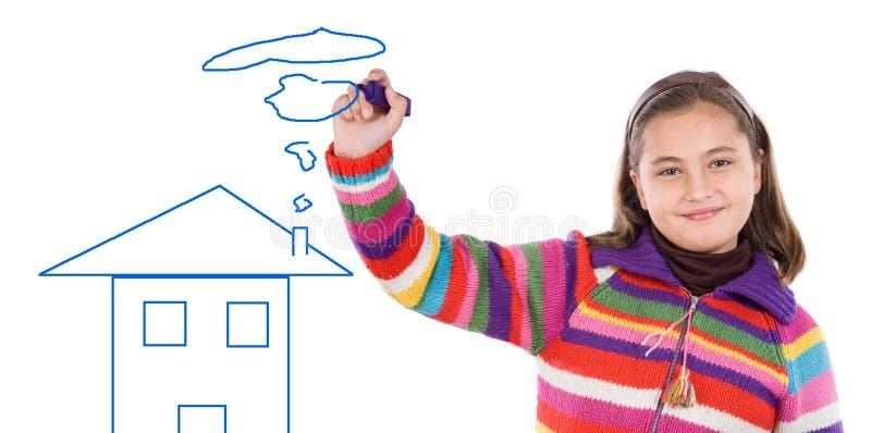 Menina adorável que desenha uma casa fotos de stock
