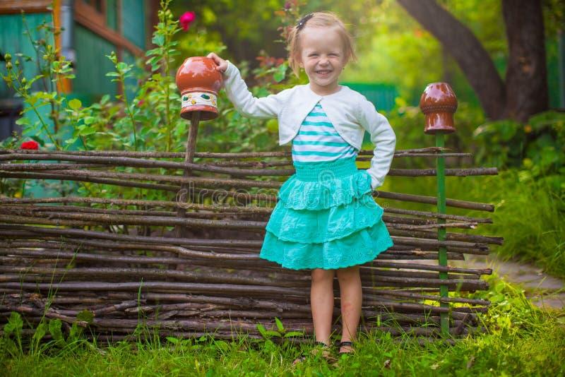 Menina adorável que está o vintage próximo de madeira imagem de stock royalty free