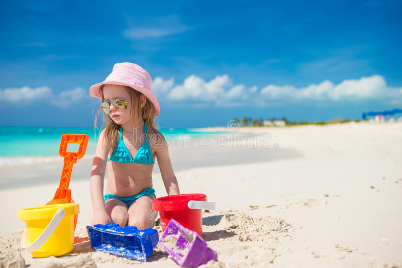 Menina adorável que joga com a areia na imagem de stock royalty free