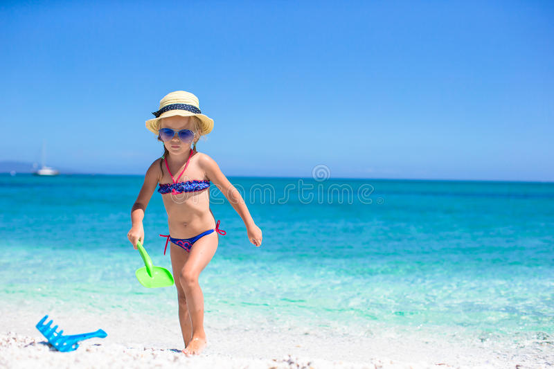 Menina adorável que joga com o brinquedo na praia fotografia de stock royalty free