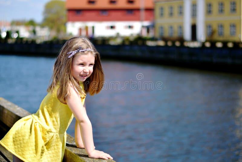 Menina adorável que joga por um rio em um dia de verão bonito fotografia de stock