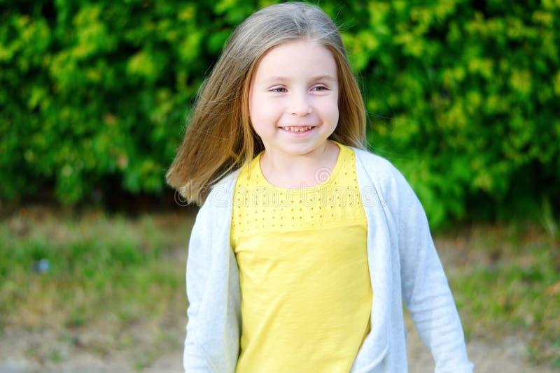 Menina adorável que sorri em um parque fotografia de stock royalty free