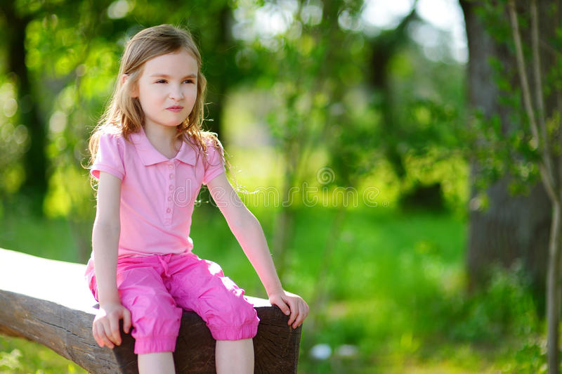Menina adorável que sorri fora fotos de stock