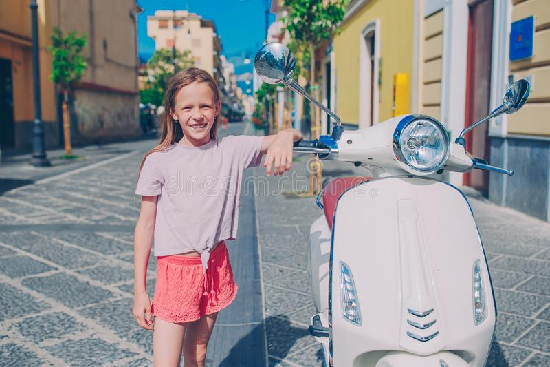 Menina adorável que sorri no ar livre estado abatido imagem de stock