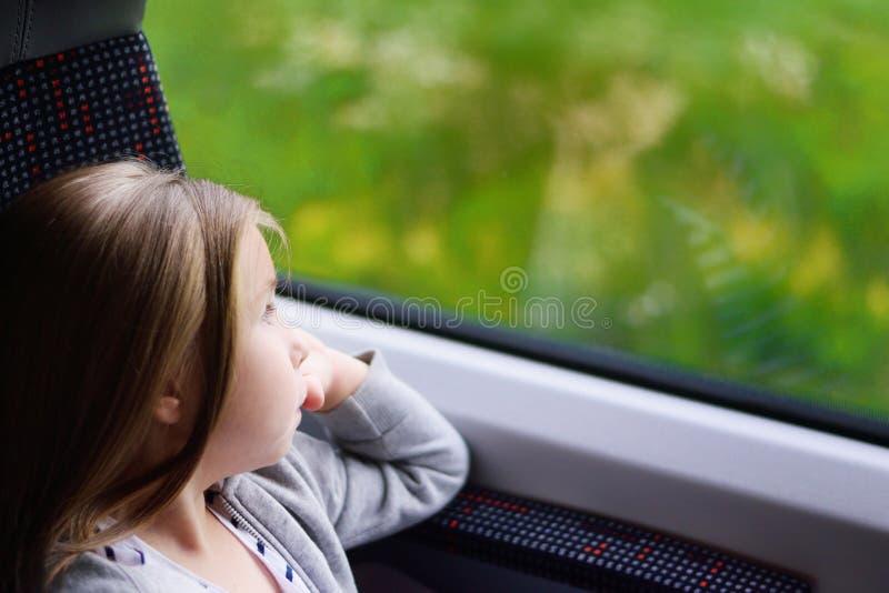 Menina adorável que vai em férias e que viaja pela estrada de ferro fotografia de stock royalty free