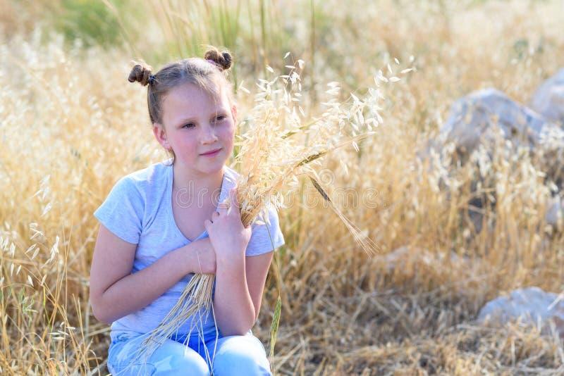 Menina ador?vel do retrato, idade 9-10 no campo amarelo do outono imagens de stock