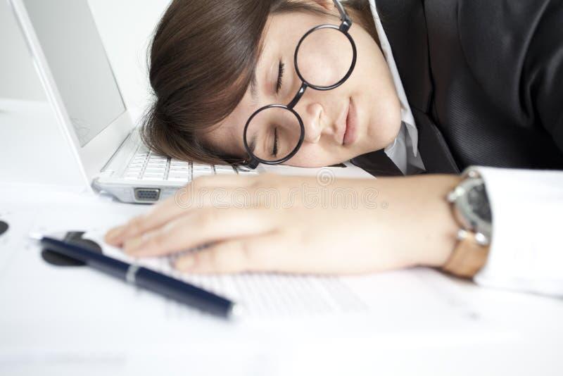 Menina adormecida no teclado fotografia de stock