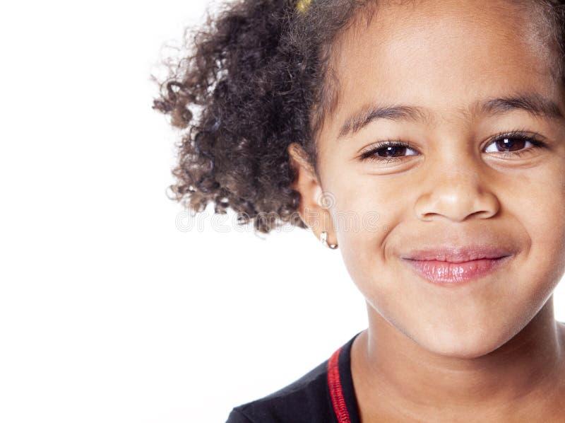 Menina africana adorável com o penteado bonito isolado sobre o branco foto de stock royalty free