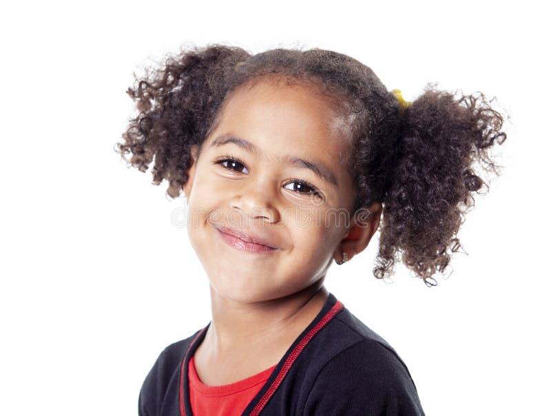 Menina africana adorável com o penteado bonito isolado sobre o branco imagens de stock