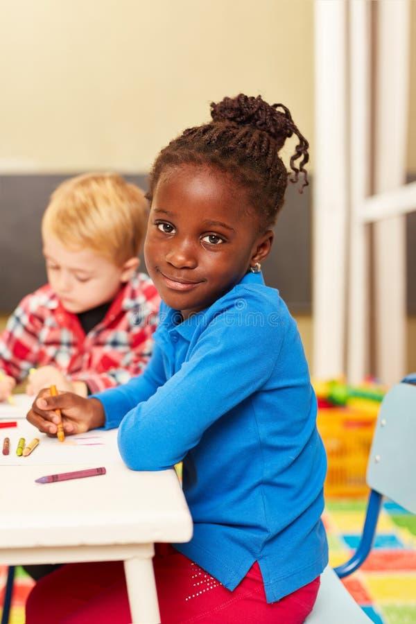 Menina africana como uma pintura do quando do aluno imagens de stock royalty free