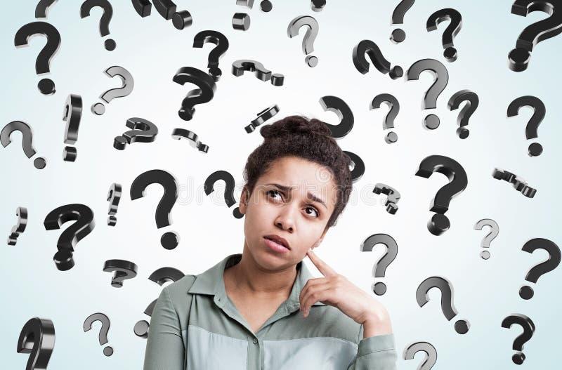 Menina africana e pontos de interrogação de flutuação imagem de stock