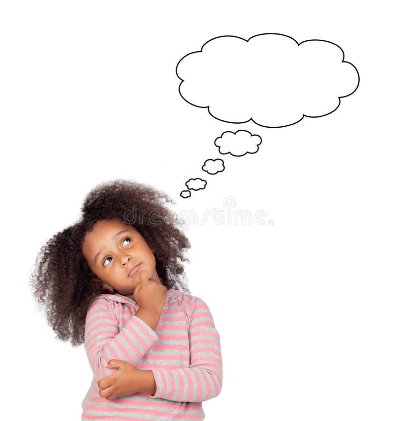 Menina africana engraçada com pensamento afro do penteado fotografia de stock