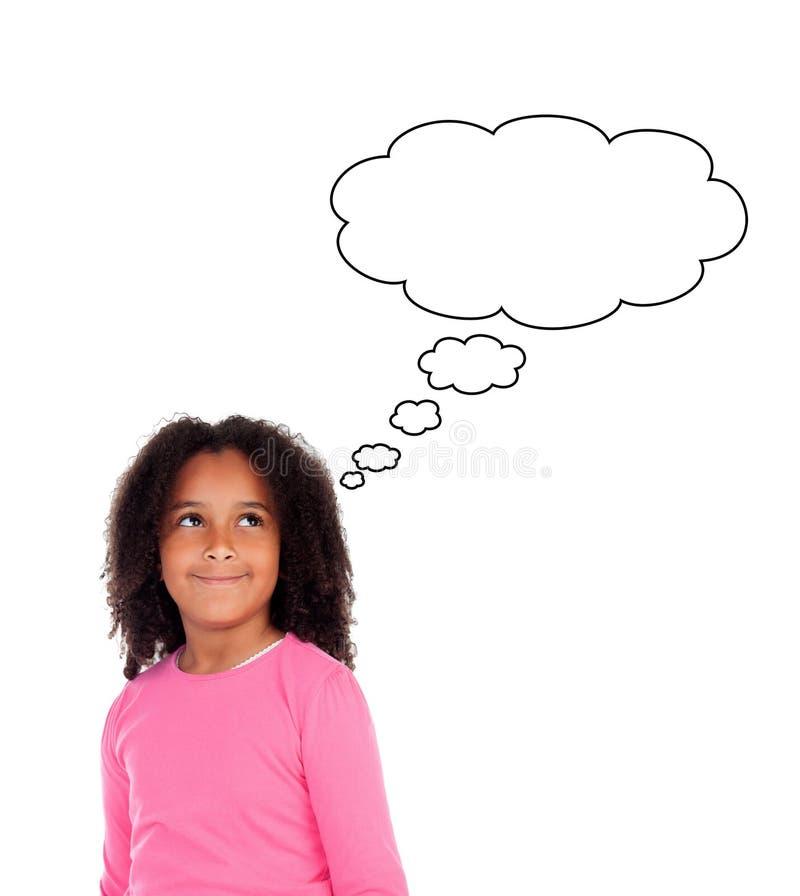 Menina africana engraçada com pensamento afro do penteado fotos de stock