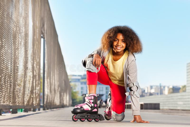 Menina africana feliz que exercita na pista fotografia de stock royalty free