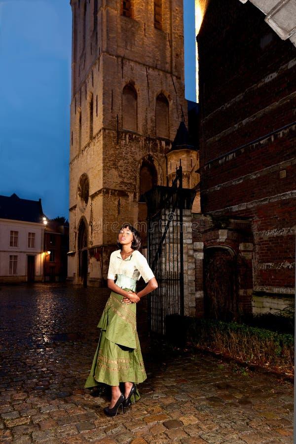 Menina africana na cidade velha do vestido vitoriano fotos de stock
