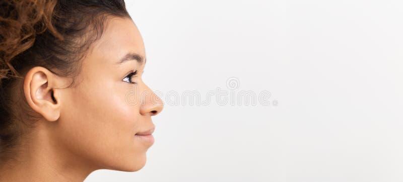 Menina africana no perfil no fundo branco imagens de stock