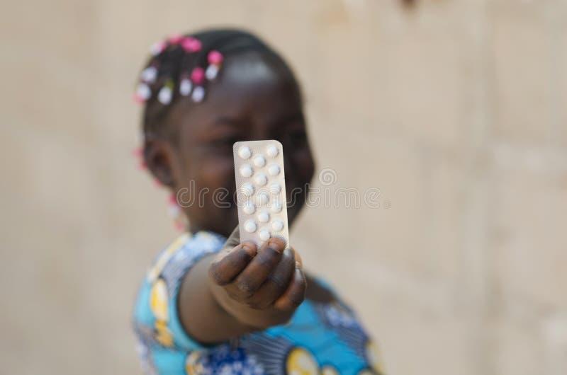 Menina africana nova com as drogas da medicina da caridade fotografia de stock royalty free