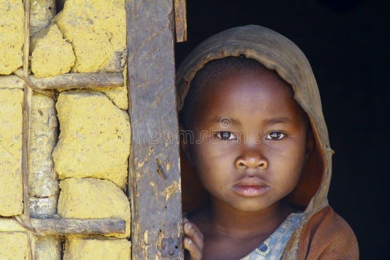 Menina africana tímida e pobre com headkerchief imagens de stock royalty free