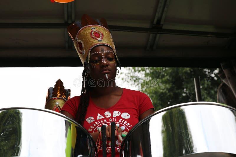 Menina afro-americana bonita do carnaval de Notting Hill que joga cilindros imagens de stock royalty free