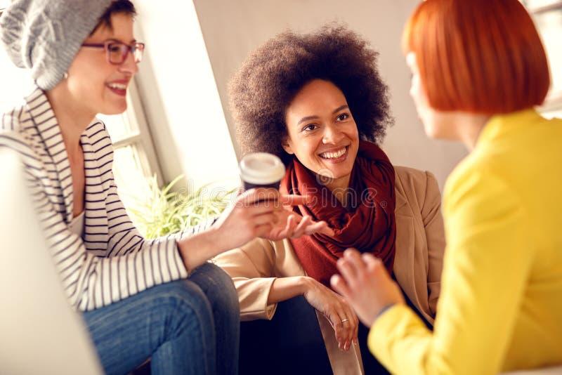 Menina afro-americana com os colegas na conversa firme fotos de stock royalty free