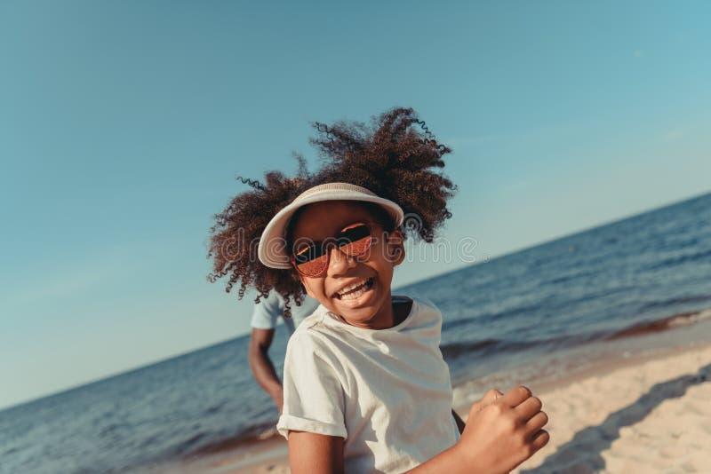 menina afro-americano adorável na corrida dos óculos de sol foto de stock royalty free
