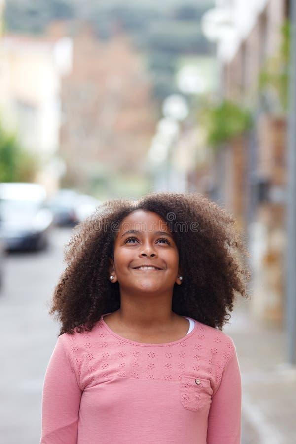 Menina afro-americano bonito na rua com cabelo afro fotos de stock royalty free