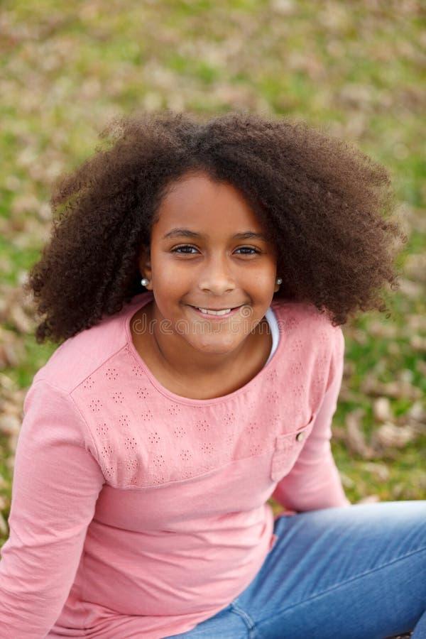 Menina afro-americano bonito na rua com cabelo afro fotografia de stock
