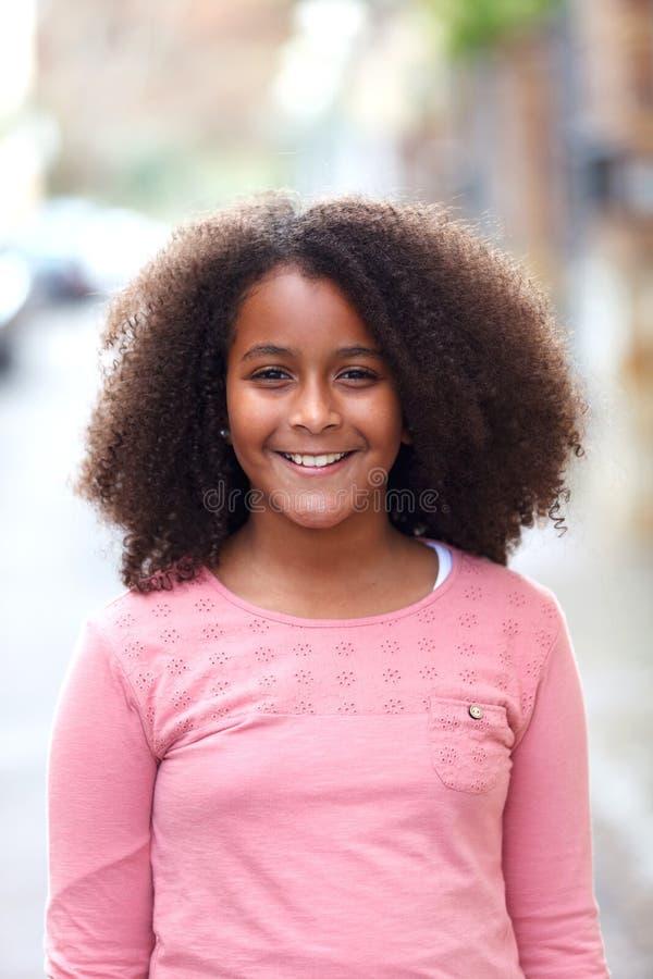 Menina afro-americano bonito na rua com cabelo afro imagens de stock