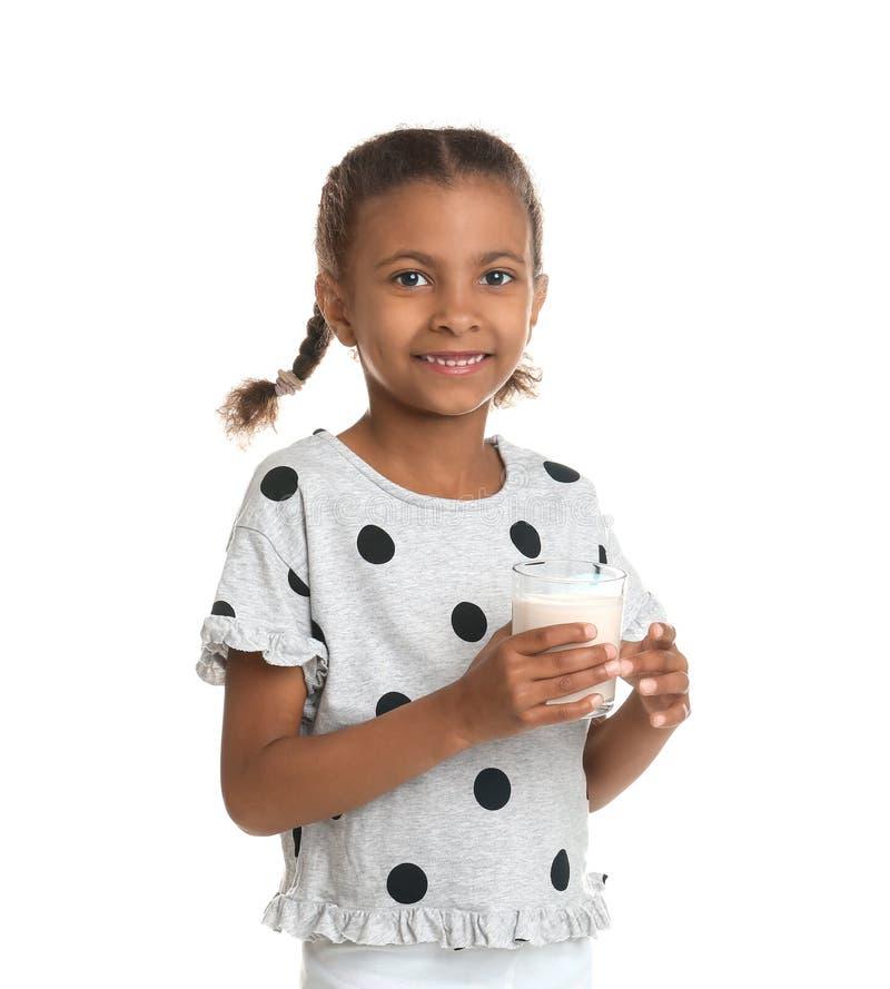 Menina afro-americano com vidro do leite no fundo branco imagem de stock