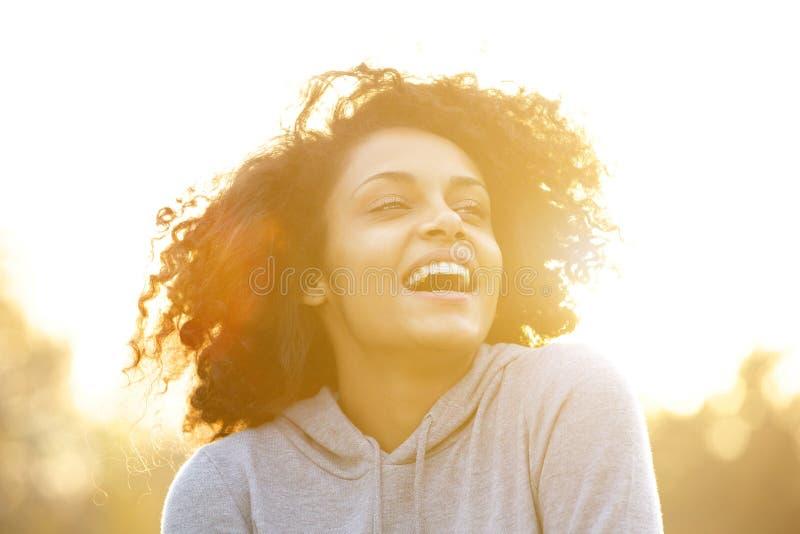 Menina afro-americano feliz que ri fora foto de stock royalty free