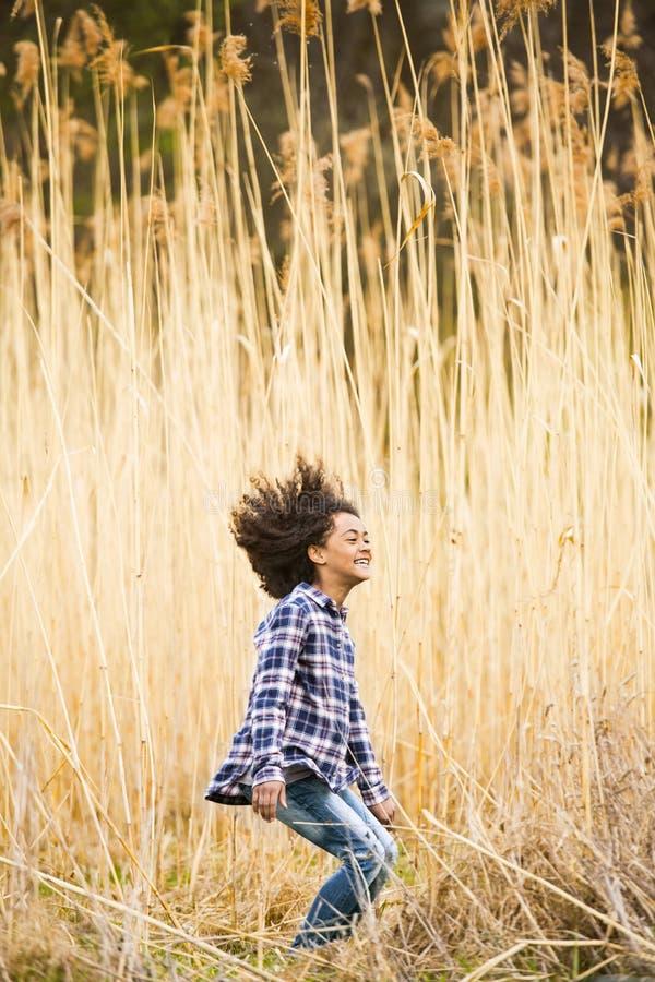 Menina afro-americano na camisa verificada fora no campo fotos de stock