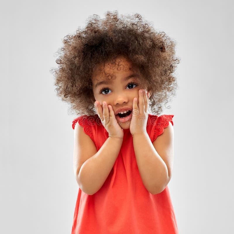 Menina afro-americano pequena surpreendida ou assustado imagens de stock