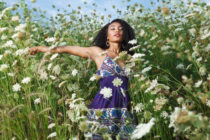 Menina afro-americano que relaxa na praia foto de stock