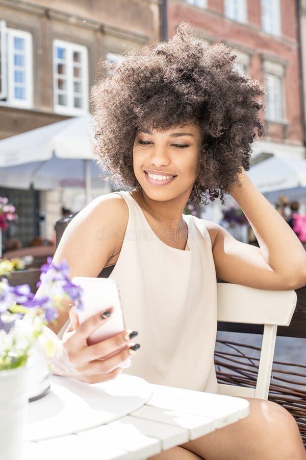 Menina afro-americano que relaxa no café imagem de stock royalty free