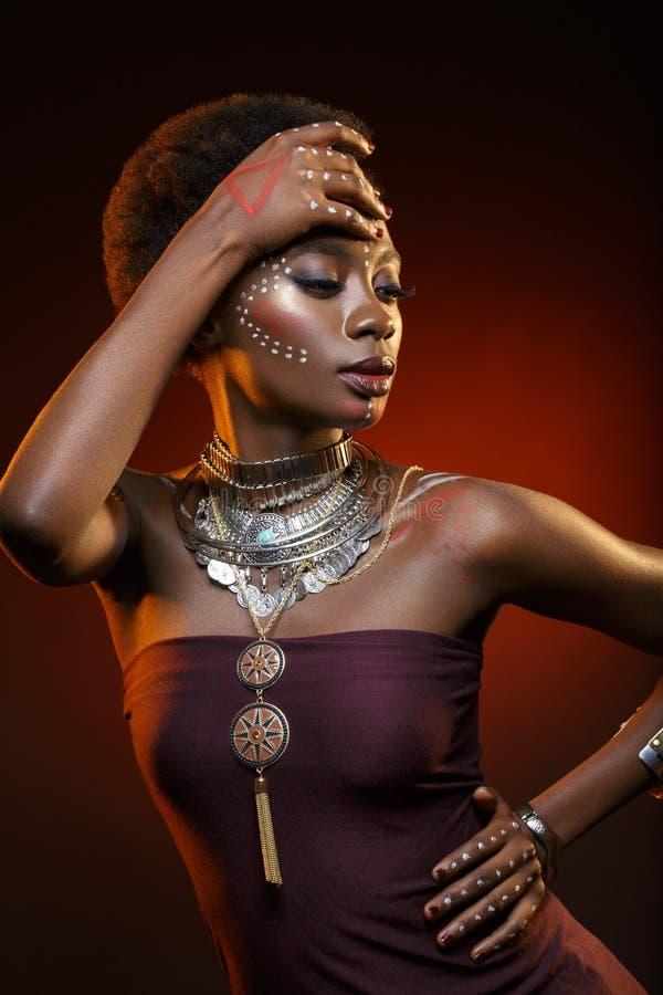 Menina afro bonita com os desenhos na pele imagem de stock