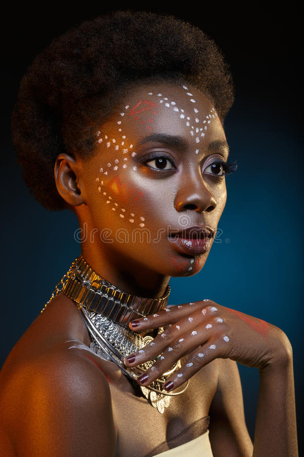 Menina afro bonita com os desenhos na pele imagens de stock