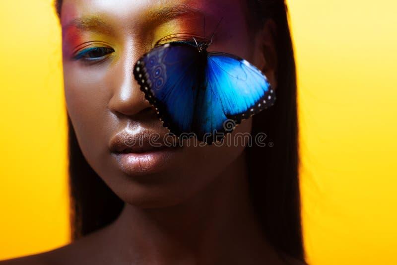 Menina afro bonita nova, imagem vívida com borboleta azul imagens de stock