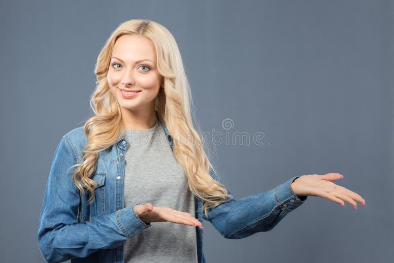 Menina agradável alegre que manuseia acima fotos de stock