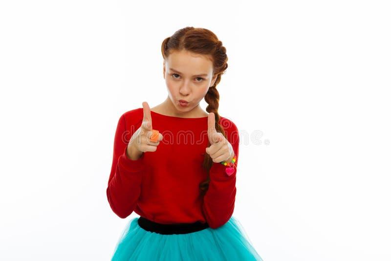 Menina agradável bonito agradável que aponta em você imagem de stock