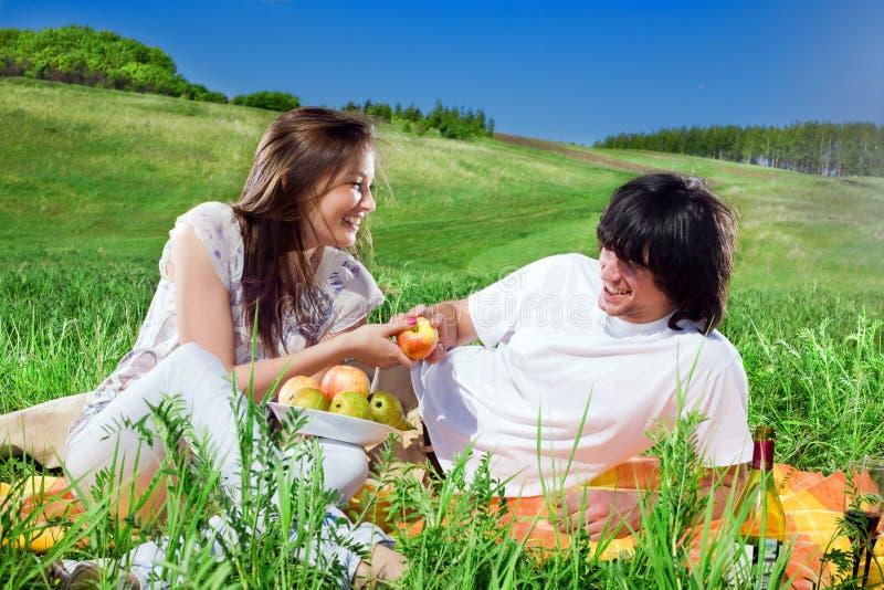 Menina agradável com fruta e menino com sorriso fotos de stock royalty free