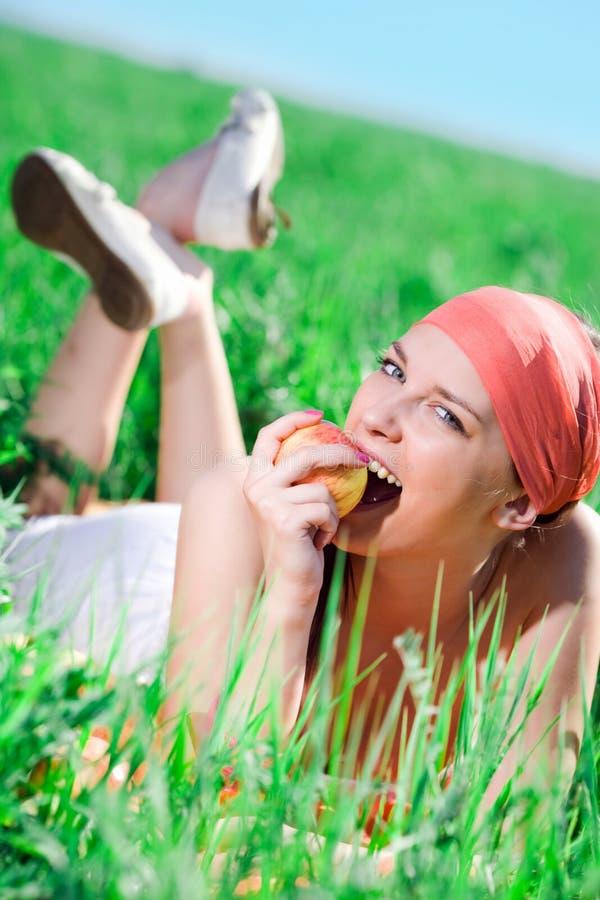 Menina agradável com maçã foto de stock