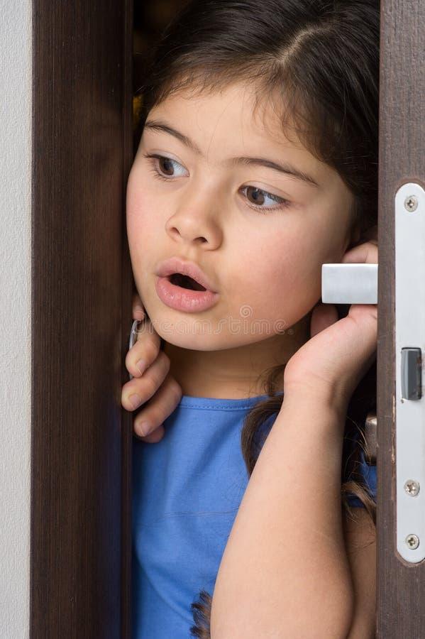 Menina agradável porta aberta foto de stock royalty free