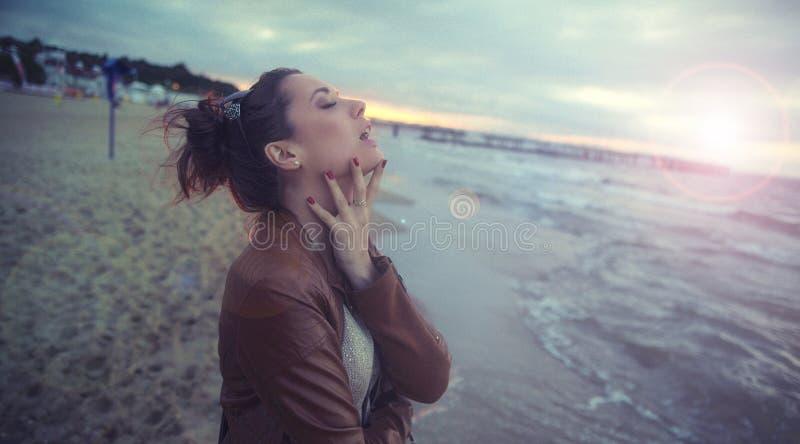 Menina agradável que aprecia o outono pelo beira-mar fotos de stock