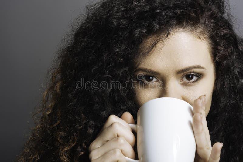 Menina agradável que bebe uma xícara de café imagem de stock