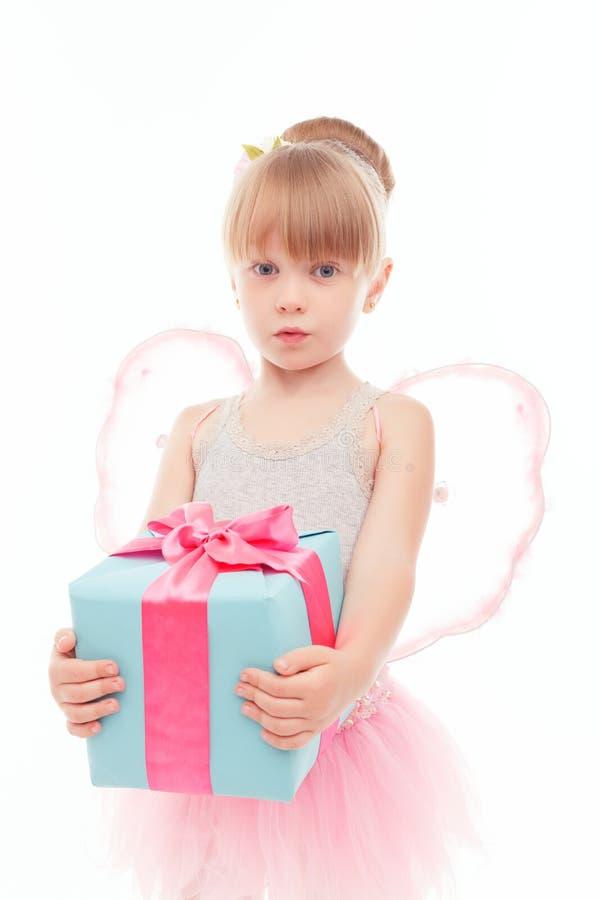 Menina agradável que guarda o presente foto de stock